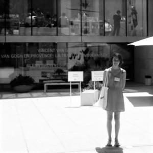 Laura devant la Fondation Van Gogh, à Arles ©Muséocom – Laura Gonzales