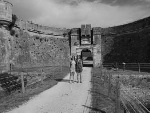 Rébecca et Mathilde devant le portail d'entrée du fort, à l'Île de Ré ©Muséocom – Rébecca Charrier